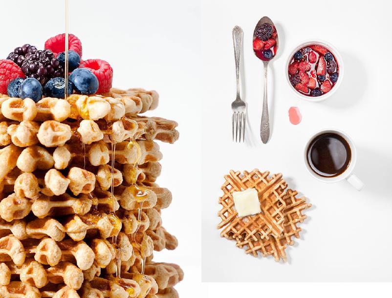 Una torre de gofres con frutos rojos y miel