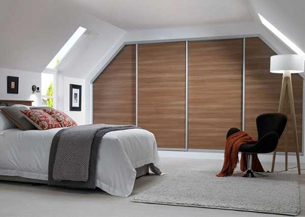 Dormitorio masculino en el que se ha sabido jugar con el espacio
