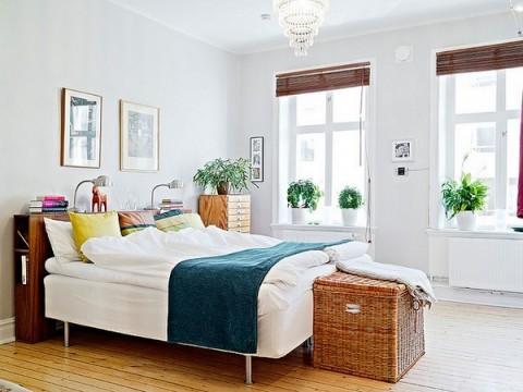 Habitación sencilla con luz natural como protagonista