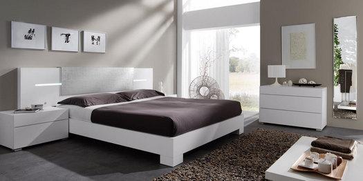dormitorio con cuadros
