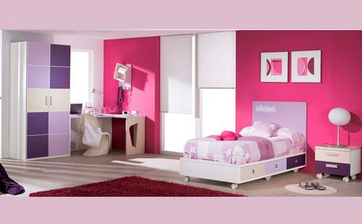 habitación con muebles y mesilla