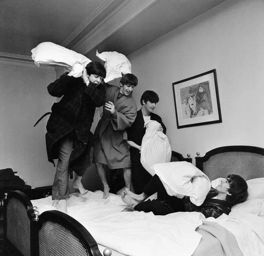 guerra de almohadas de los beatles