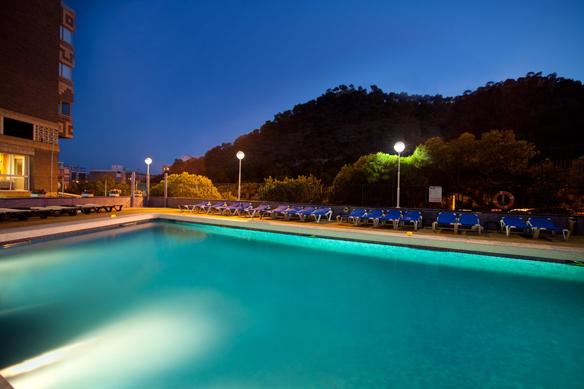piscina-noche-hotel-maya