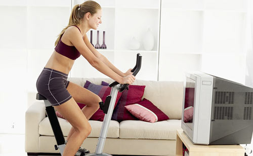 Entrenar en casa con bicicleta. Fuente: enforma.hola.com