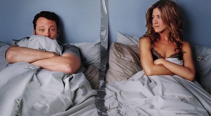 el lado de la cama del hombre y la mujer