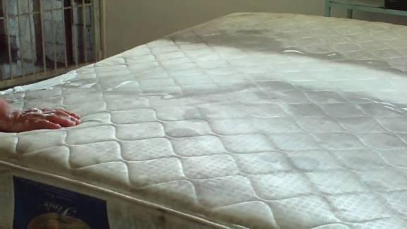dormir encima del colchón sin sábanas