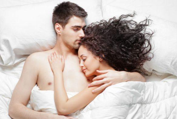 dormir en pareja Fuente: www.ideasqueayudan.com