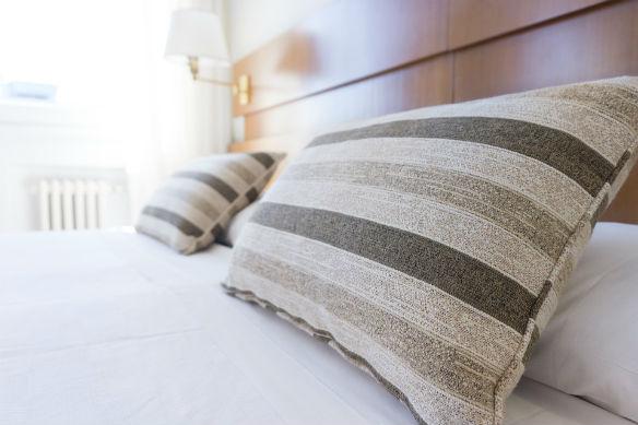 pijama debajo de la almohada