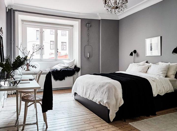 Decoaración black and white con cojines encima de la cama
