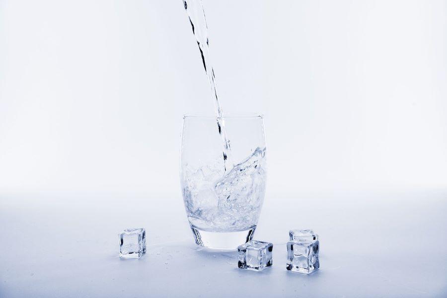 beber un vaso de agua antes de dormir