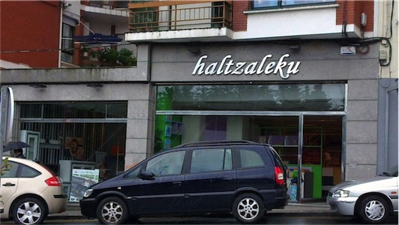 Fachada haltzaleku-mobiliario-basauri